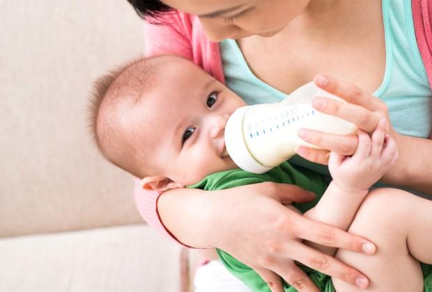 Мама кормит малыша из бутылочки