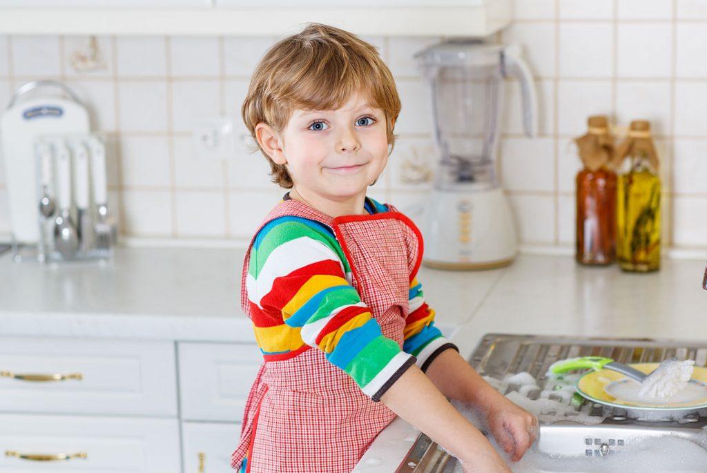 Нужно ли учить ребёнка помогать родителям?