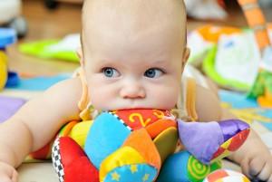 Ребёнок с игрушками
