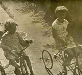 Маленькие девочки катаются на велосипедах
