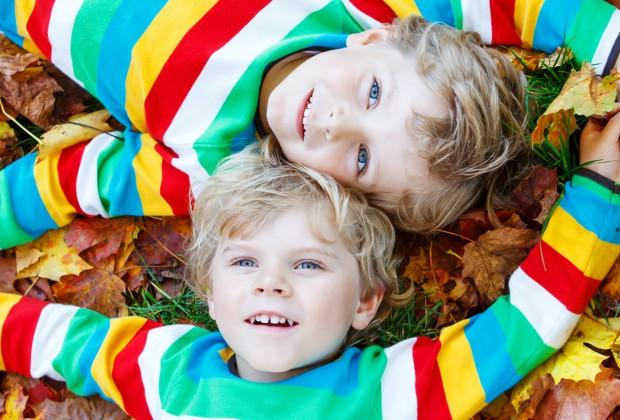 Два брата лежат на траве