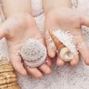 Раковины мидий в руках ребёнка