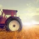 Трактор пашет поле