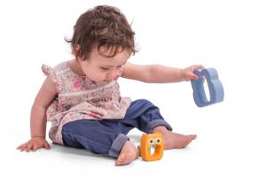 ребенок выкидывает игрушку