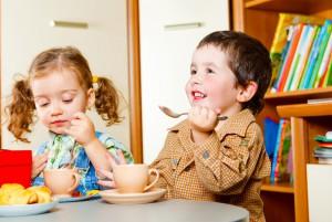 Мальчик вместе с девочкой пьют чай