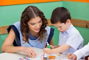 Учитель смотрит рисунок мальчика