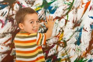 Мальчик оставляет отпечатки на стене