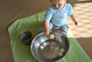Ребёнок вылавливает мячик