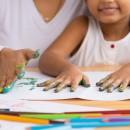 Мать и дочь совместно делают уроки