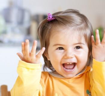 Маленькая девочка улыбается
