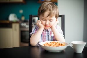 Ребёнок не хочет есть хлопья с молоком
