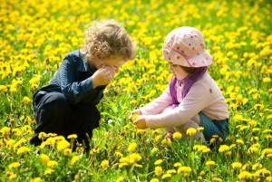 Дети играют на природе