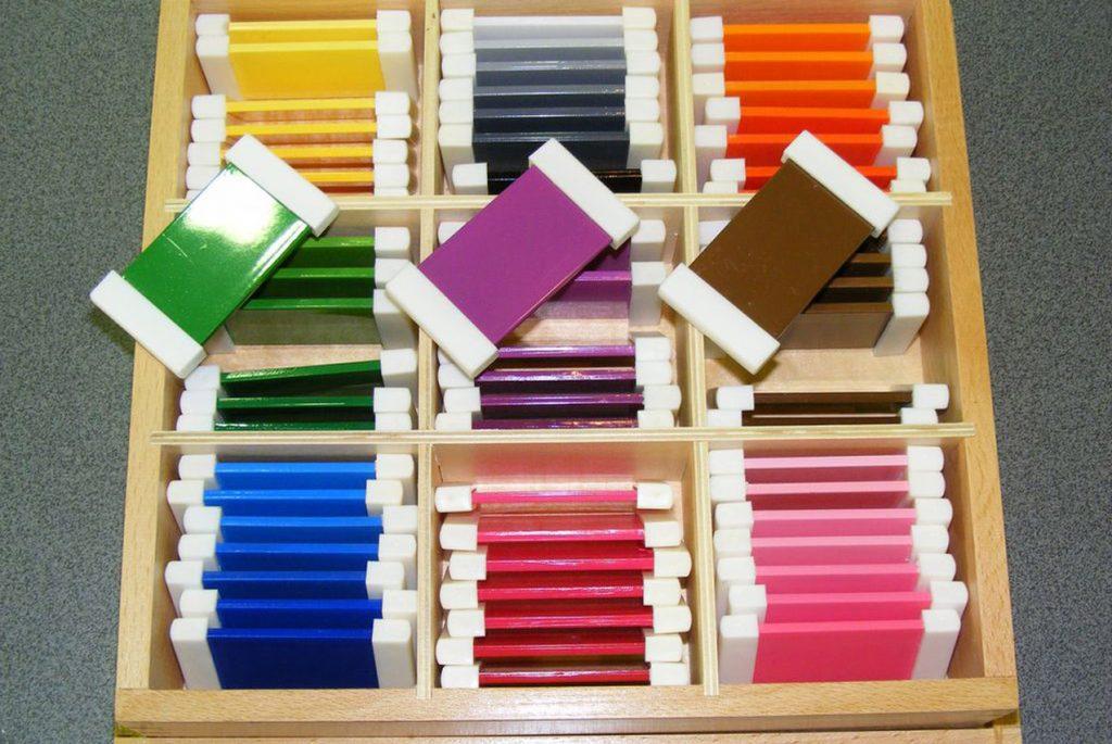 Знакомимся с Монтессори-материалами: цветные таблички