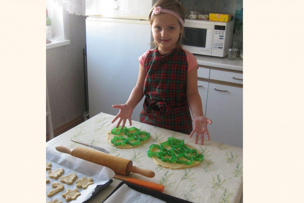 Девочка делает новогоднее печенье