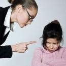 Мама грозит девочке пальцем: что запрещают родители детям