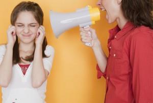 Мама кричит на ребёнка из громкоговорителя