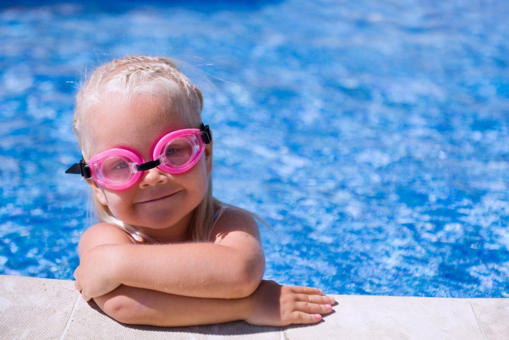 Когда лучше отдать ребёнка в бассейн