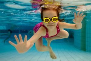 Девочка плавает