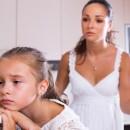 Учимся быть хорошими родителями: мама читает нотации грустной девочке