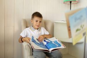 Мальчик читает книгу