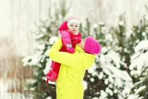 Мама гуляет с ребёнком в зимнем лесу