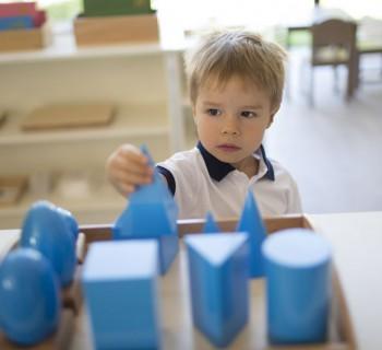 Ребёнок работает с Монтессори-материалами