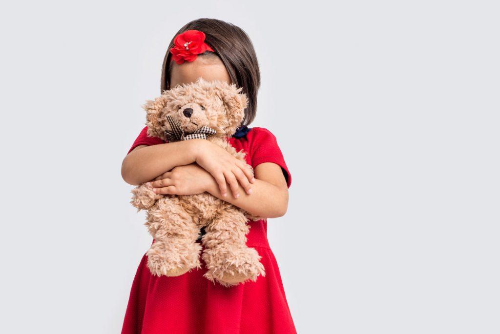 Что делать, если ребёнок стесняется других детей?