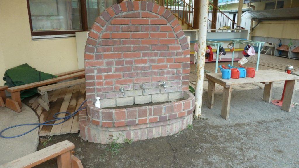 Вид на другой кусочек сада Монтессори-центра мистера Такане