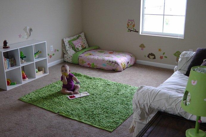 Комната по Монтессори: низкая кровать, доступные полочки