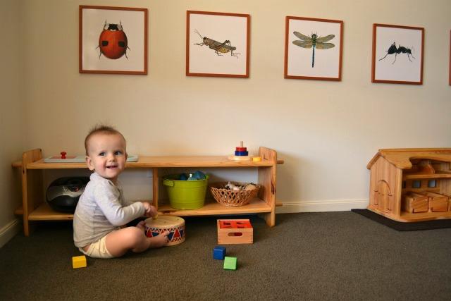 Ребёнок играет в комнате, организованной по принципам Монтессори