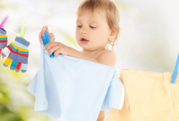 Упражнения практической жизни: ребёнок развешивает чистое бельё