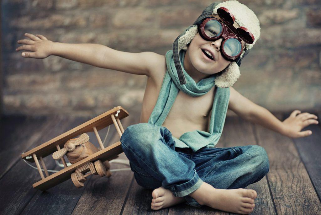 Мальчик играет в лётчика