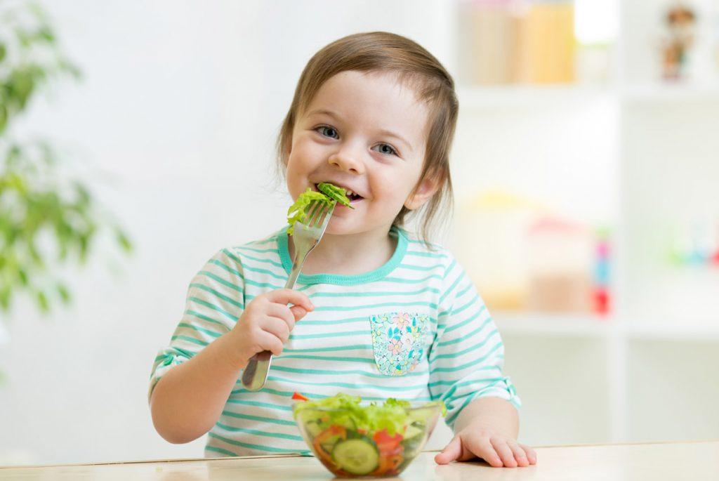 Ребёнок ест здоровую еду