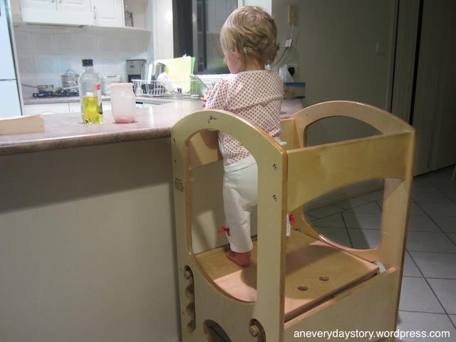 Маленький ребёнок готовит на кухне
