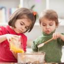 Дети готовят на кухне
