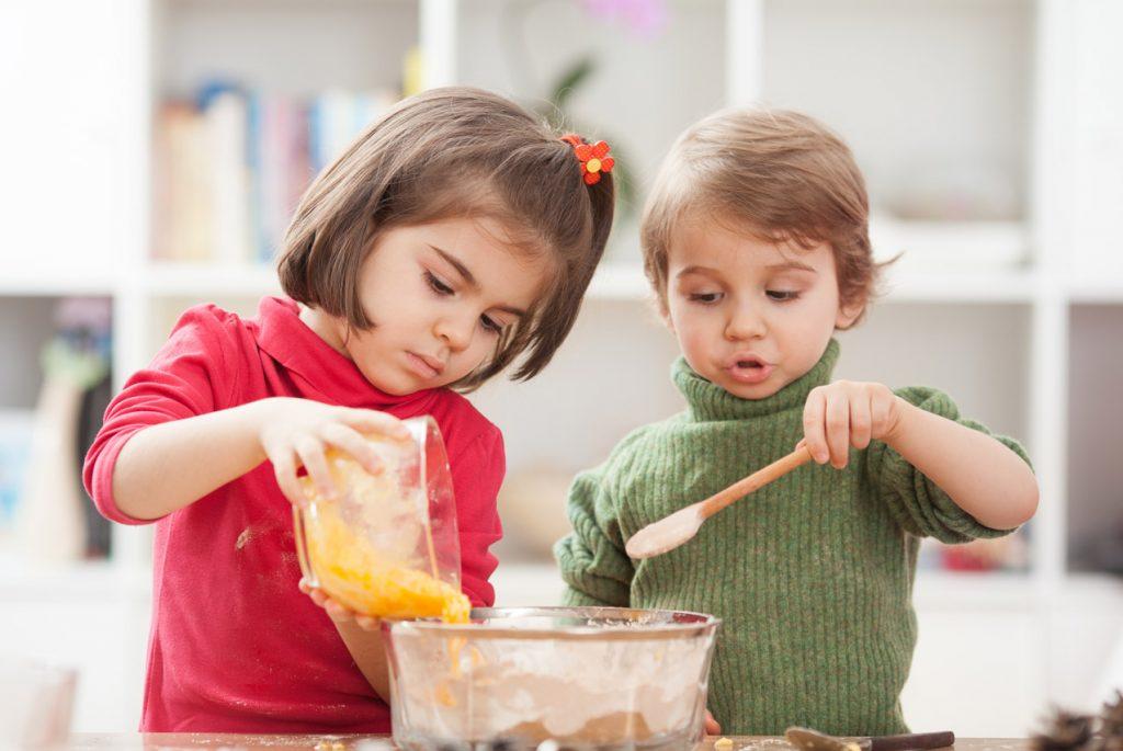 Чем можно занять малыша на кухне