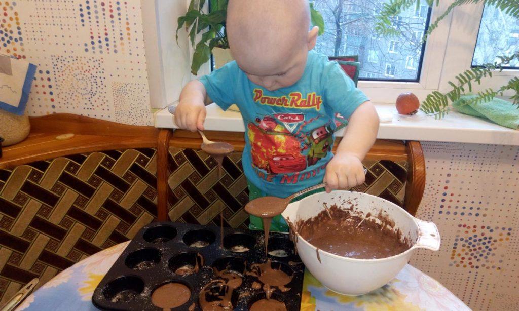Шоколадные маффины с хурмой