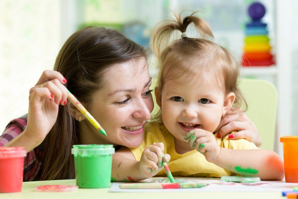 Когда предлагать ребёнку карандаши, краски, тесто для лепки?