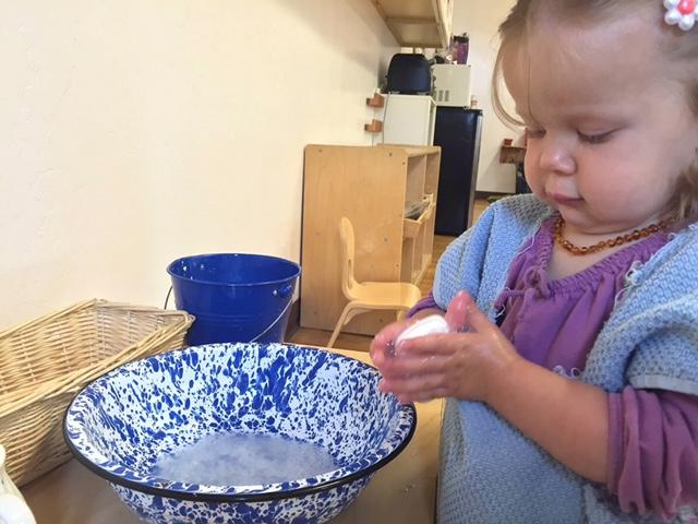 Упражнения практической жизни: ребёнок моет руки