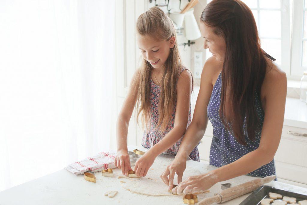 Мама вместе с дочкой делают печенье