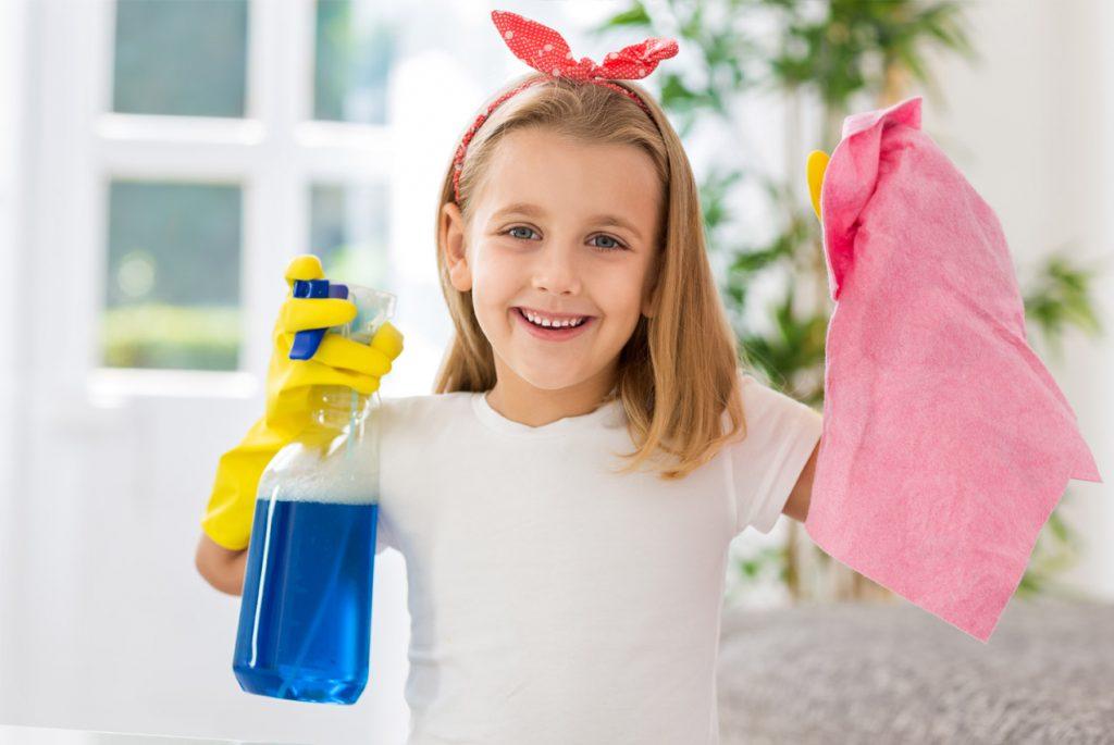 Маленькая девочка собирается делать уборку