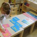 Девочка работает с шершавым алфавитом