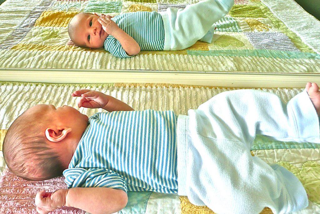 Зеркало необходимо двухмесячному малышу