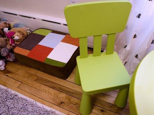 Маленькие стульчики в Монтессори-комнате мальчика Винсента