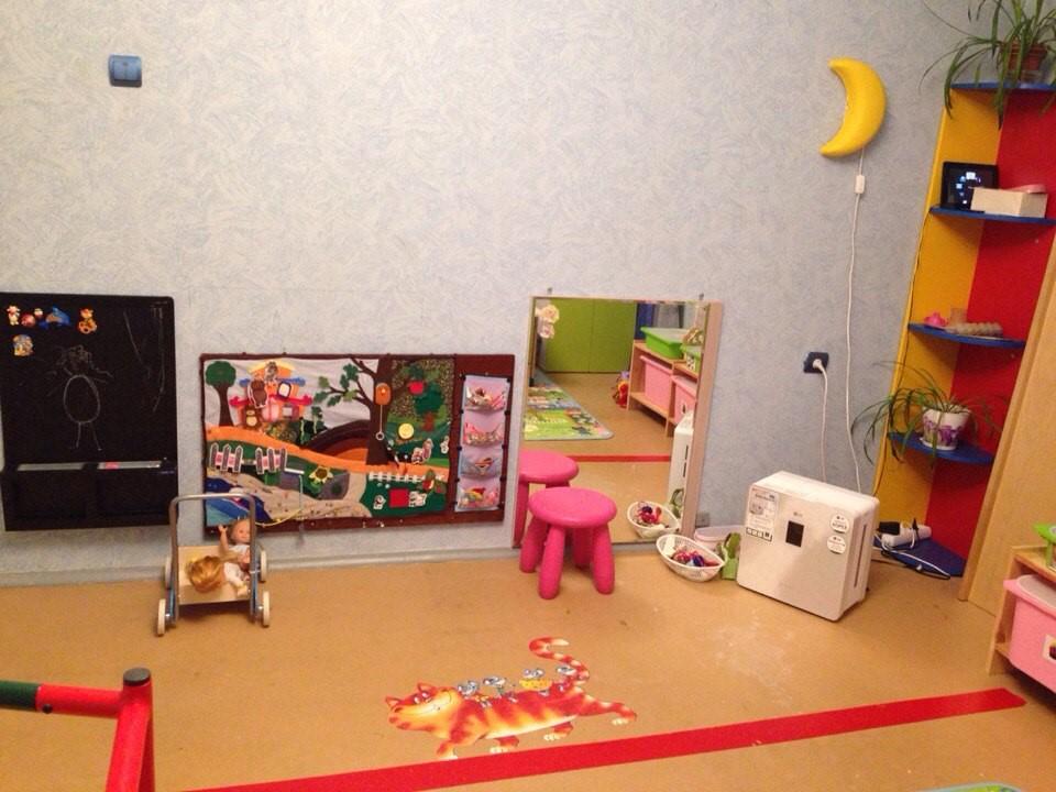 Общий вид на детскую развивающую комнату по принципам Монтессори