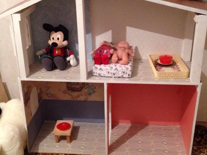 Игрушки в детской развивающей комнате