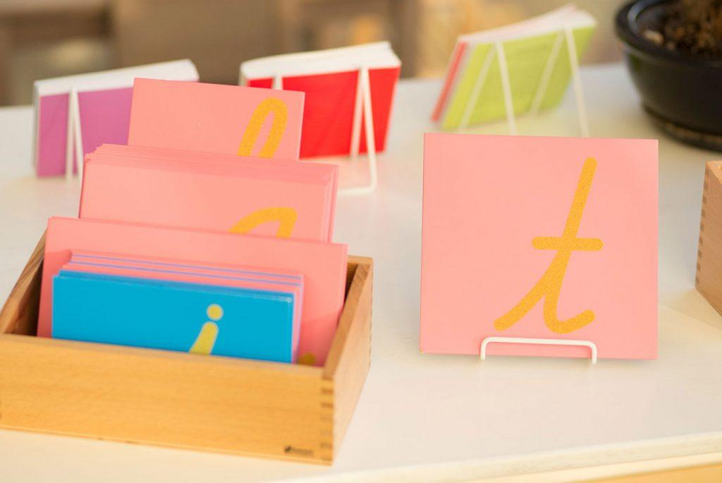 Знакомимся с Монтессори-материалами: шершавые буквы