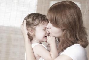 Мама успокаивает маленького ребенка
