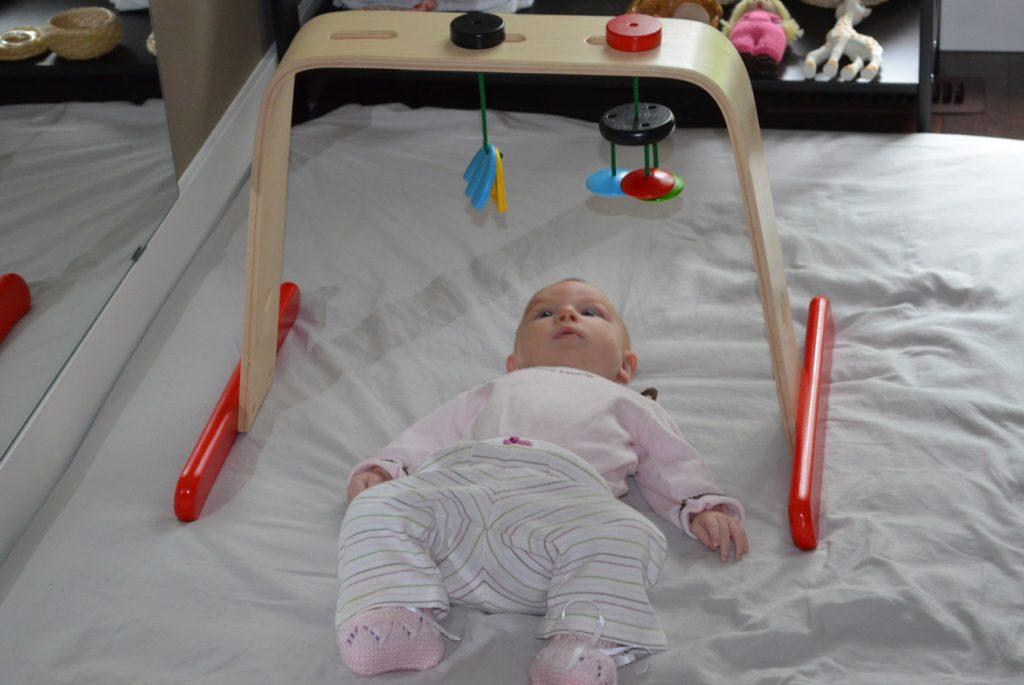 Младенец внимательно следит за подвесным мобилем