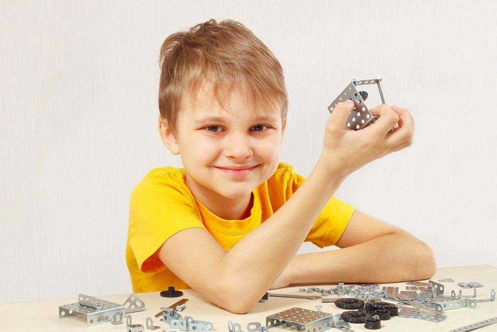 Мальчик и конструктор